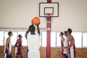 basketball player taking a penalty shot QCE9T4X 1